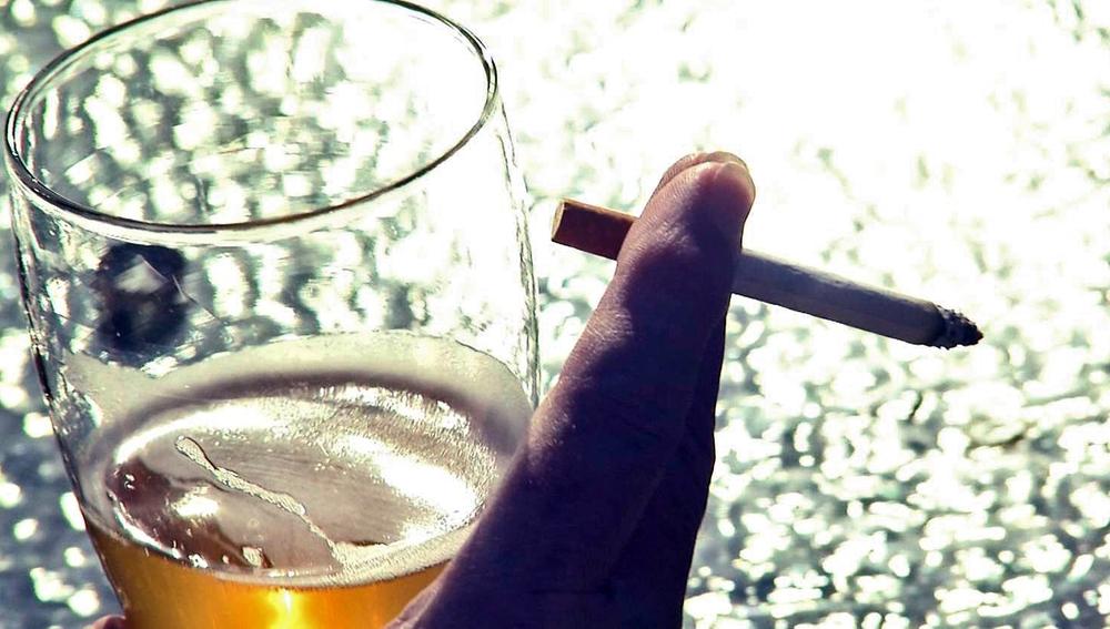¿Por qué beber acentúa las ganas de fumar?