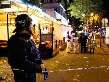 Un policía durante los atentados de Francia