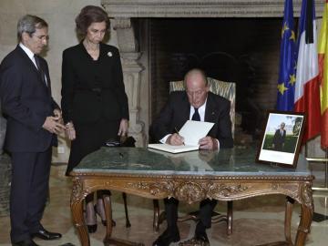 El rey Juan Carlos firma en el libro de condolencias por los atentados en París