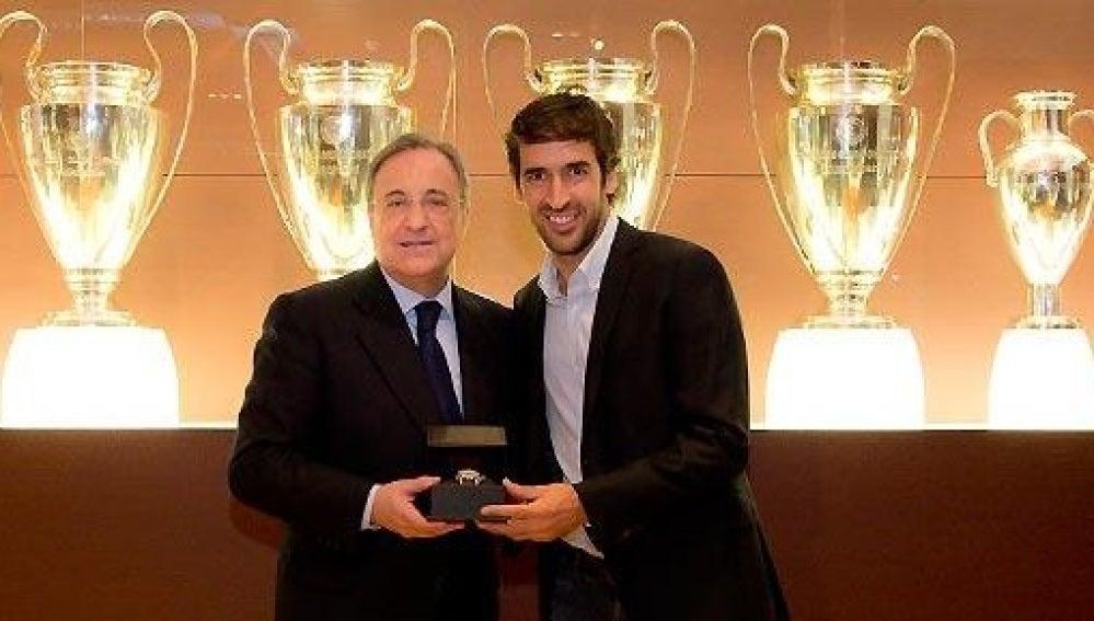 Florentino Pérez, junto a Raúl González
