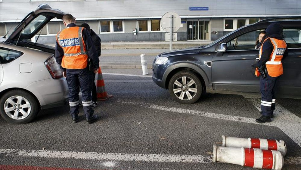 Oficiales de Aduanas galos revisan varios vehículos en la frontera con Suiza