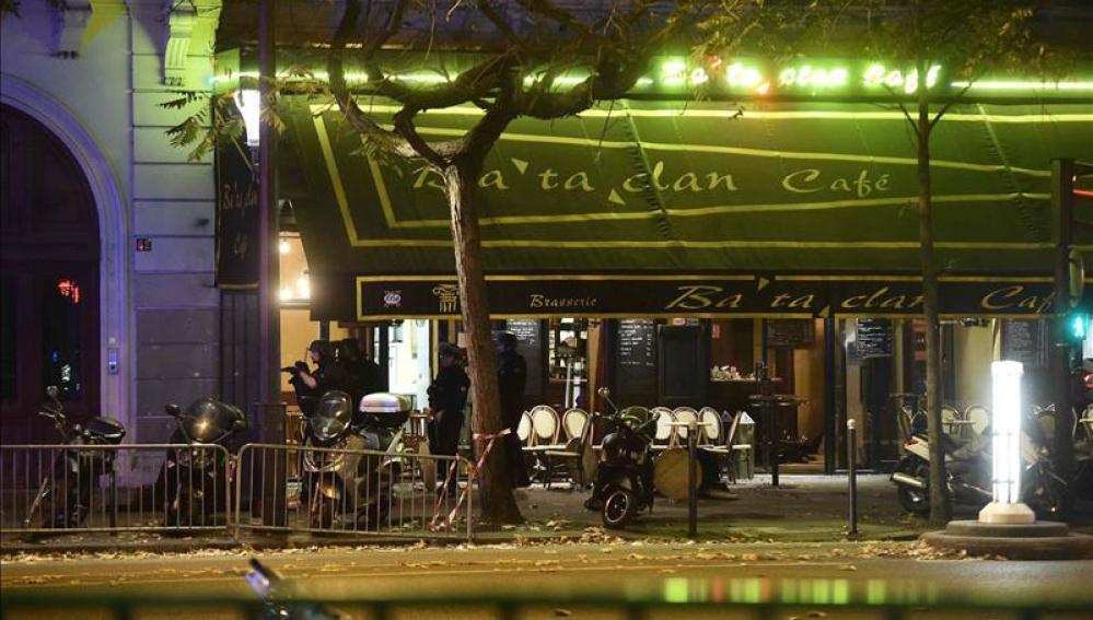 Vista de la puerta de la sala de fiestas Bataclan, en Paris