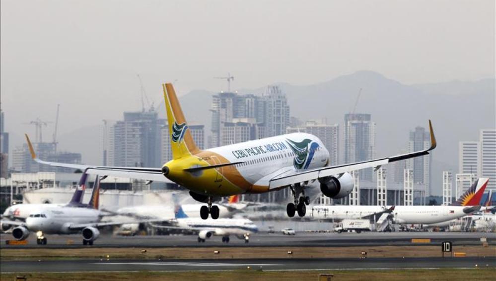 Imagen de un avión despegando