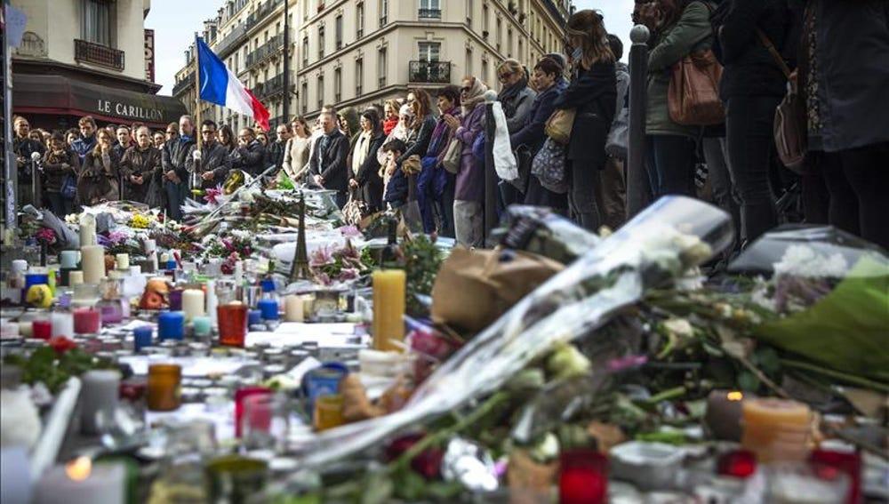 Homenaje en París a las víctimas de los ataques