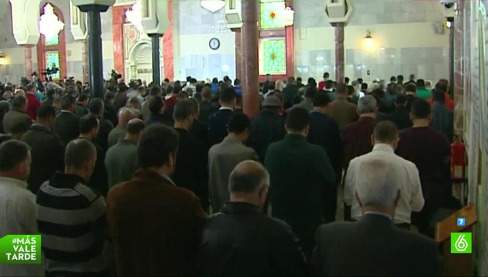 musulmanes rezando en una mezquita