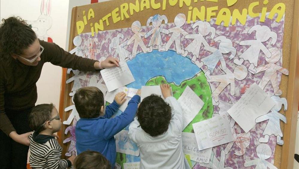 Alumnos de un colegio celebran el Día Internacional de la Infancia