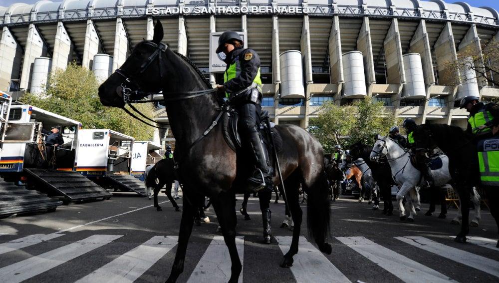 La Policía, en los alrededores del Santiago Bernabéu