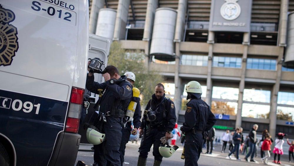 Agentes de Policía, alrededor del estadio Santiago Bernabéu