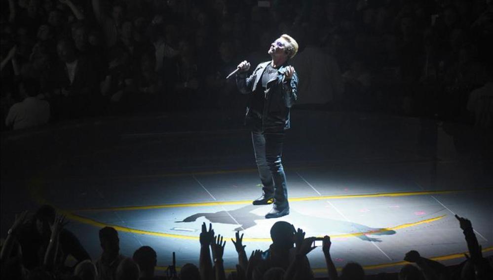 El cantante de U2 Bono durante un concierto.