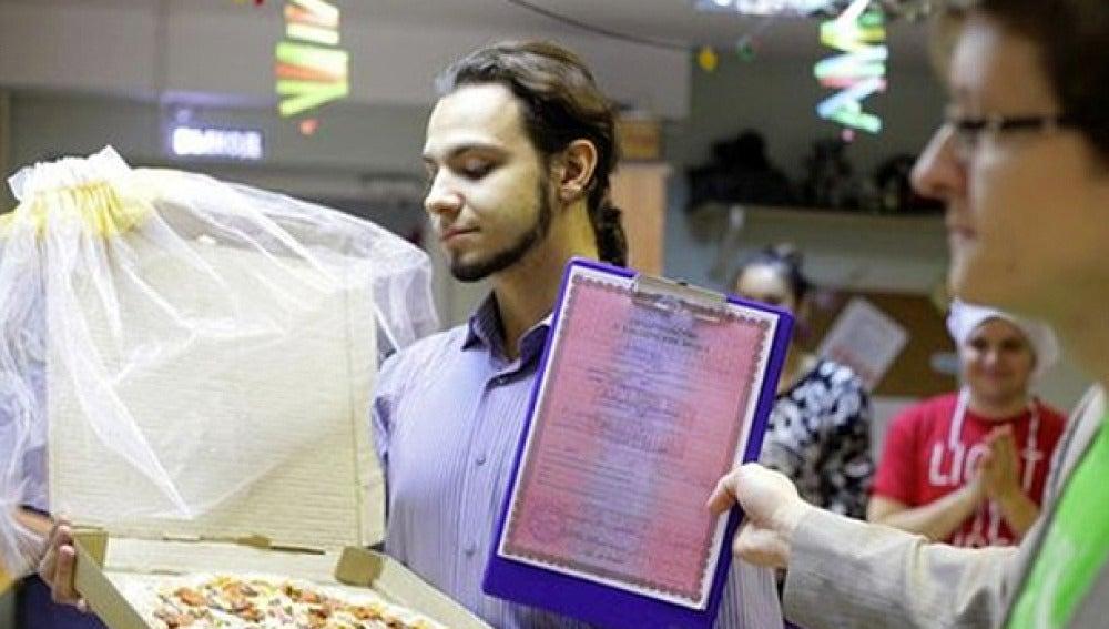 Un joven ruso se casa con una pizza