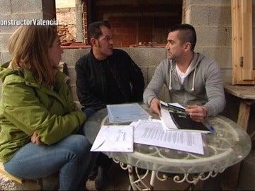 Las víctimas dan información a Antonio para la búsqueda del constructor