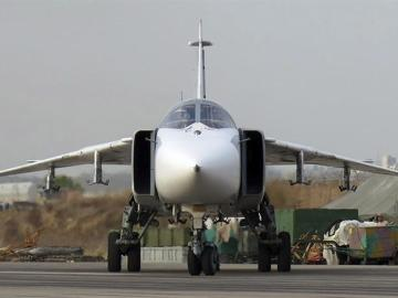 Bombardero Su-24 ruso en la base aérea de Hmeymim (Siria)