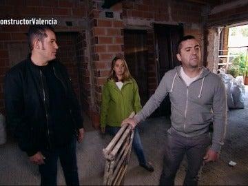 Antonio visita a las víctimas del constructor a la fuga
