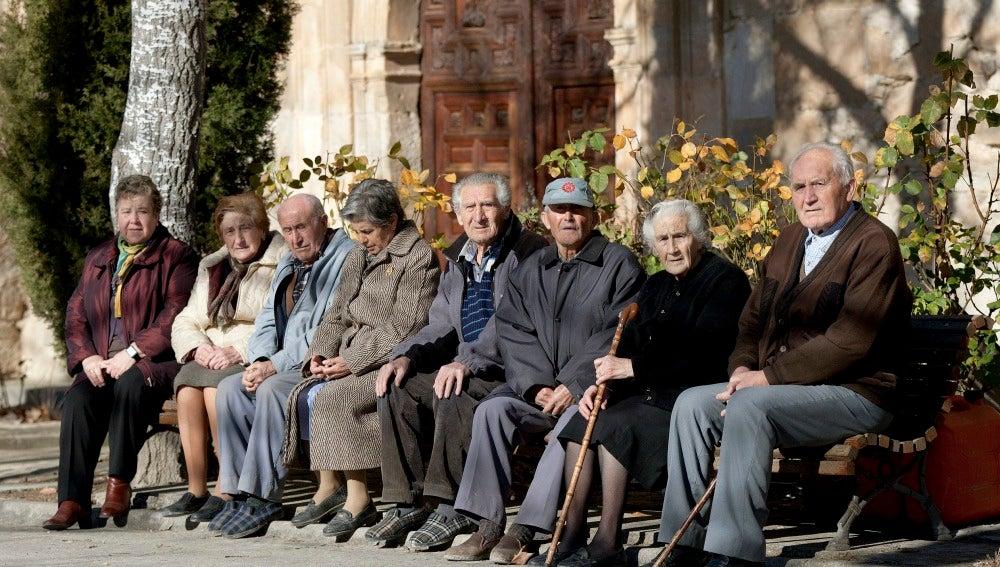 Ancianos sentados en un banco