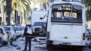 Policías forenses tunecinos inspeccionan los restos de un autobús tras un atentado en Túnez