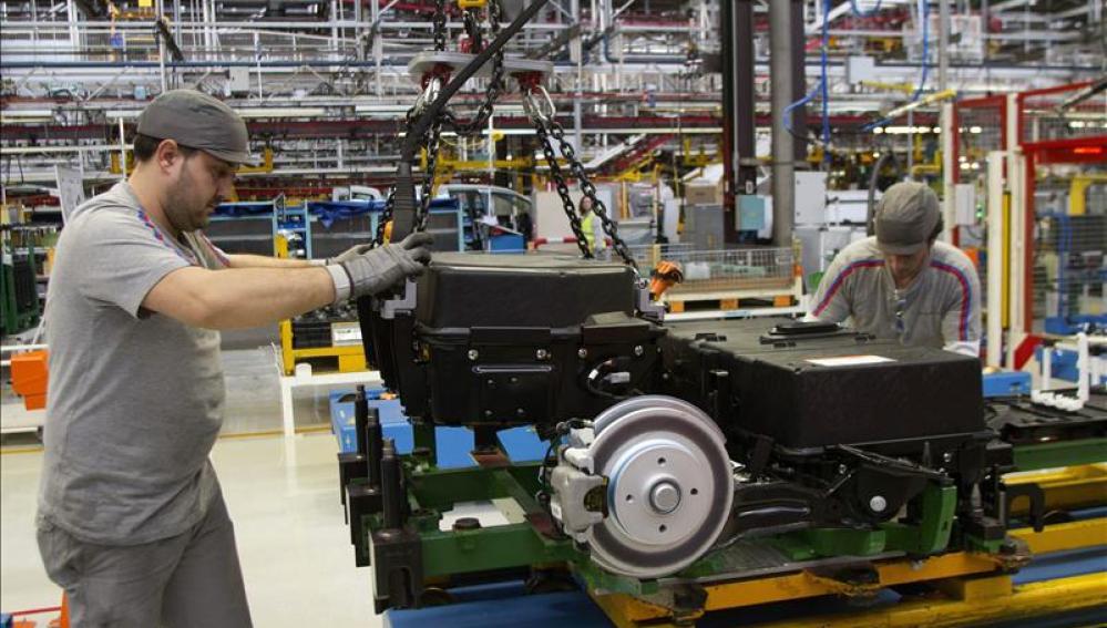 Dos operarios trabajan en una fábrica