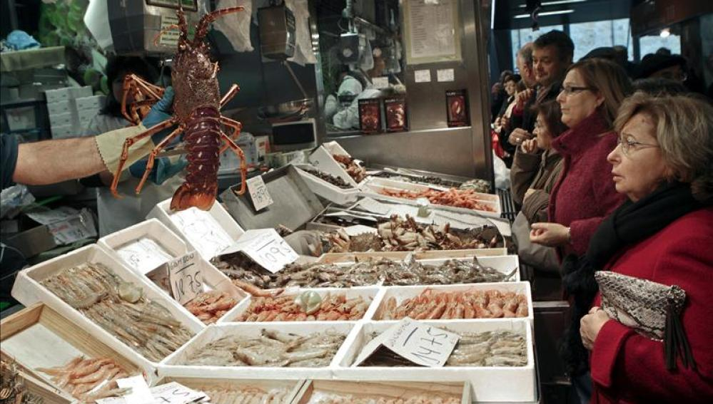 Aspecto de una pescadería en el mercado de abastos de Bilbao