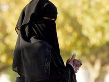 Una mujer musulmana vista un velo o niqab