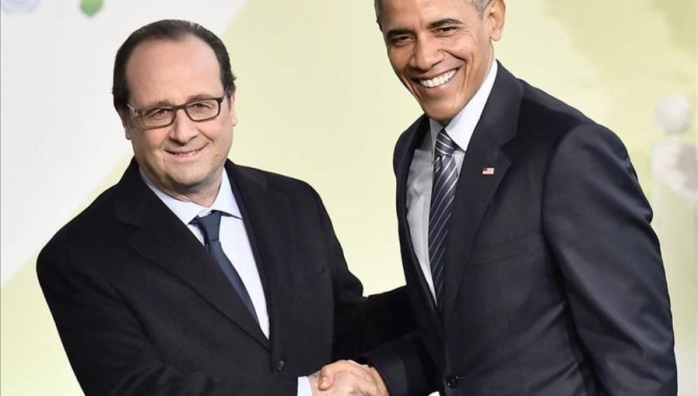 Hollande recibe a Obama a su llegada a la cumbre