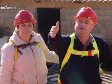 Manuel acompaña a Esteban y Eme en la revisión de la casa