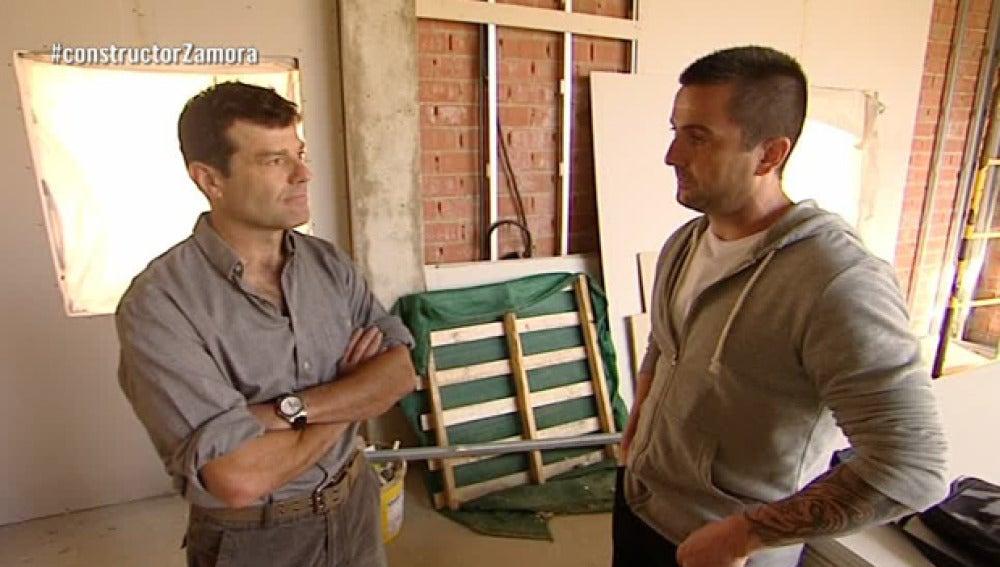 Antonio conoce a Javier, otro estafado por el constructor