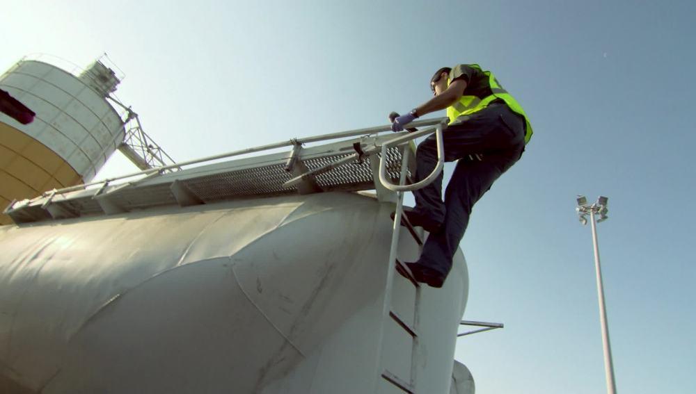 Los agentes encuentran a jóvenes en los camiones del puerto de Melilla