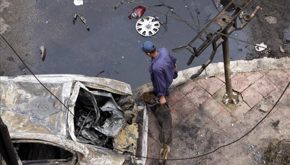Un miembro de la seguridad egipcia inspecciona el lugar de la explosión de una bomba