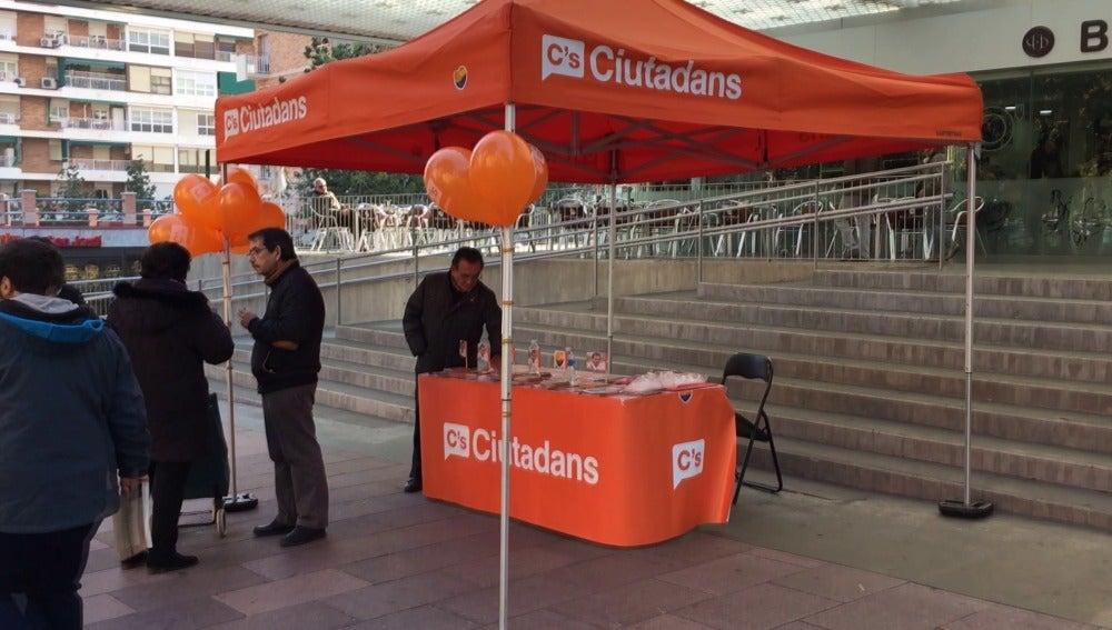 Stand de C's en el mercado que va a visitar Pedro Sánchez, PSOE