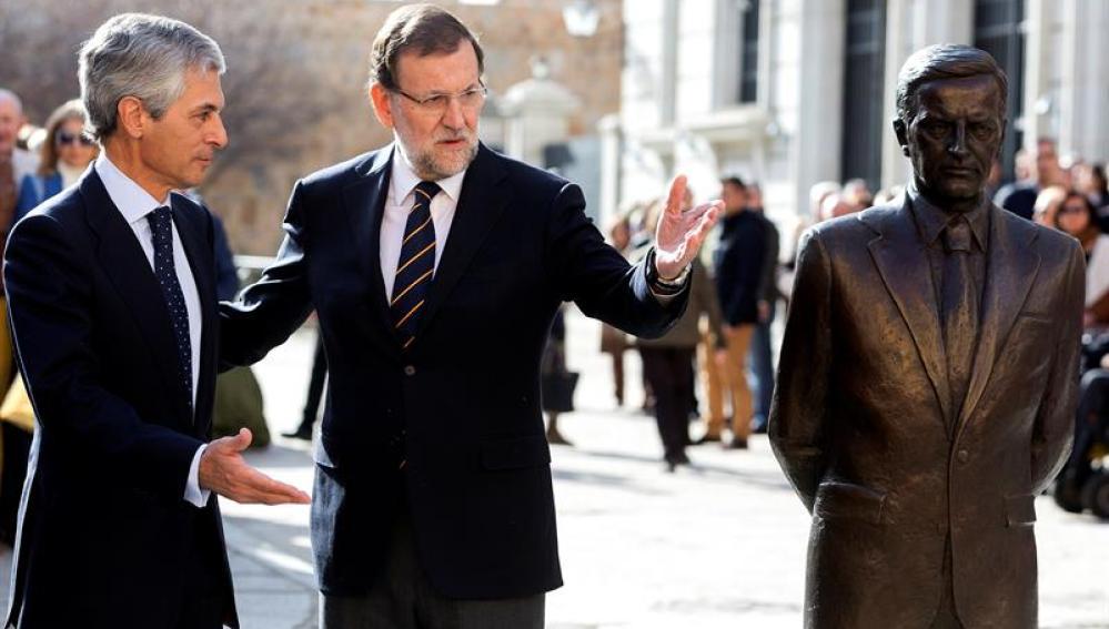 Mariano Rajoy junto a la estatua y al hijo de Adolfo Suárez en Ávila