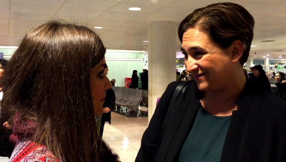 Lorena Baeza habla con Ada Colau