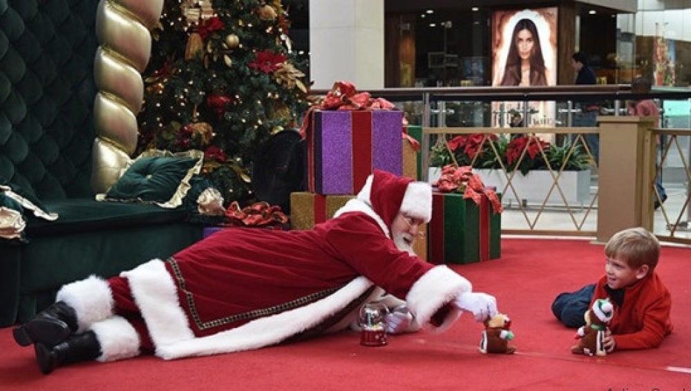 Papá Noel jugando con un niño con autismo