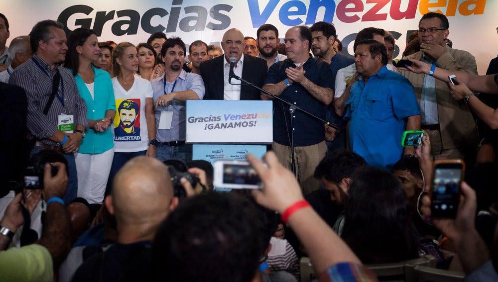 Miembros de la coalición opositora Mesa de Unidad Democrática (MUD) celebran la victoria.