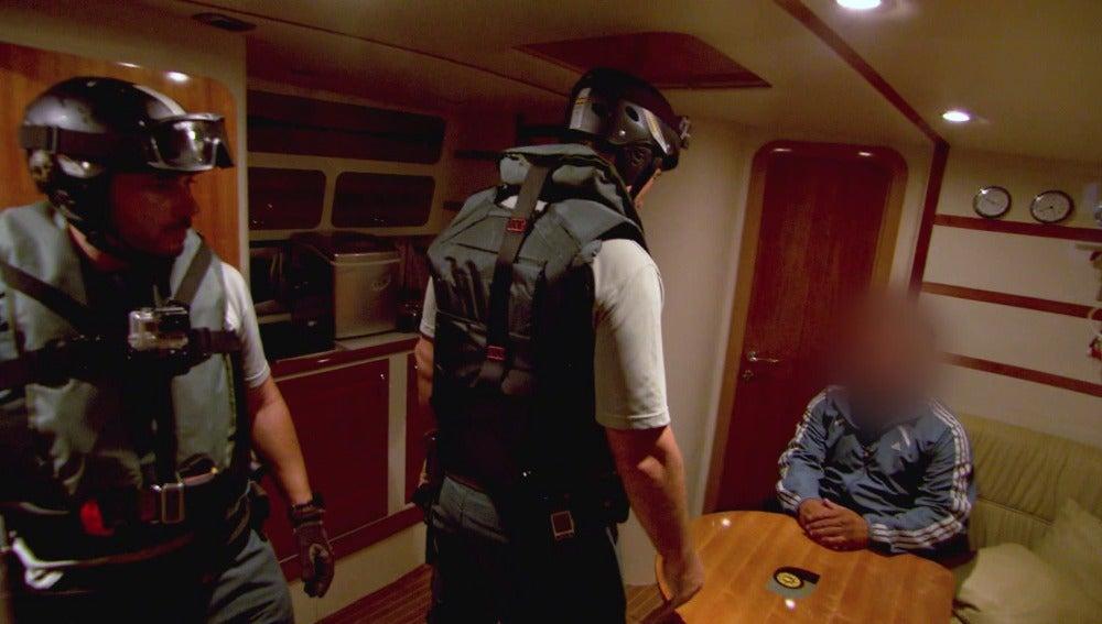 Los agentes asaltan una embarcación sospechosa de narcotráfico