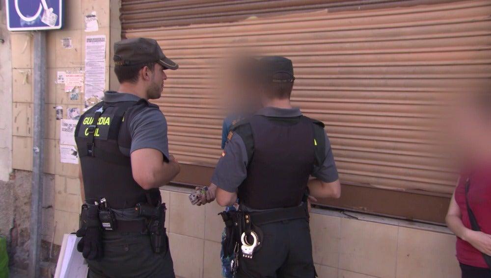 Los agentes detienen a un sospechoso de amenazar a dos mujeres