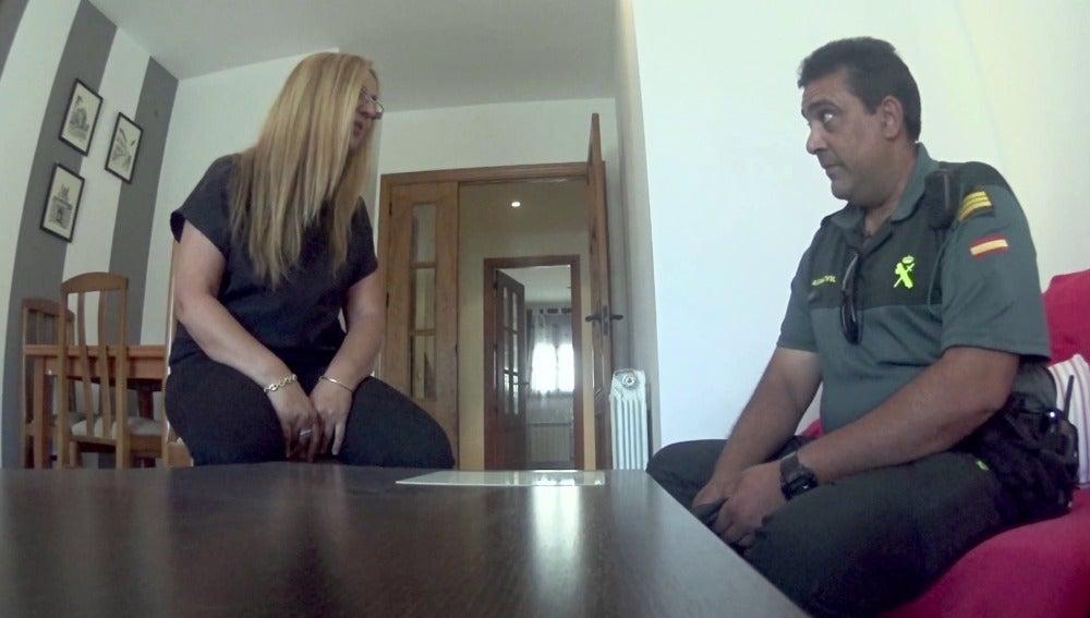 Una víctima de violencia de género recibe la ayuda de la Guardia Civil