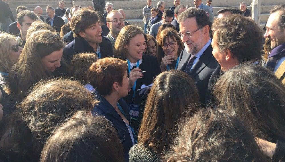Los periodistas de la caravana del PP charlan con Rajoy