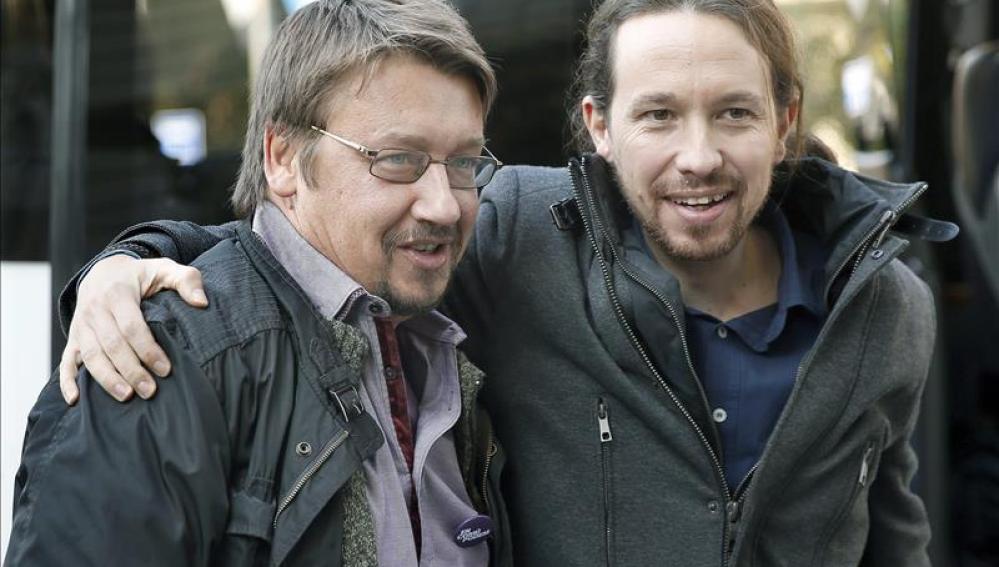 El candidato de Podemos a la presidencia del Gobierno, Pablo Iglesias saluda al candidato de En Comú Podem