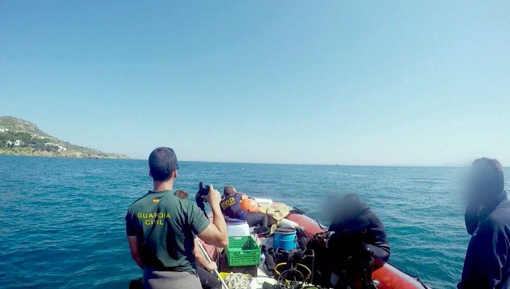 El equipo marítimo de la Guardia Civil detona el explosivo encontrado en la costa