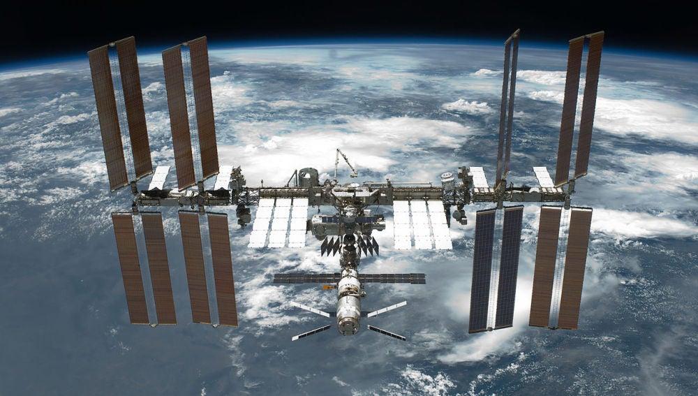 La ISS fotografiada desde el transborador especial Endeavour en la mision STS-134 el 29 de mayo de 2011