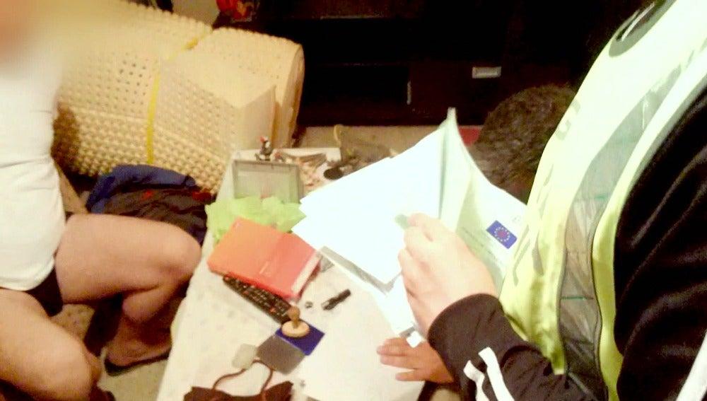 La Guardia Civil da con mucha documentación falsa en casa de dos sospechosos
