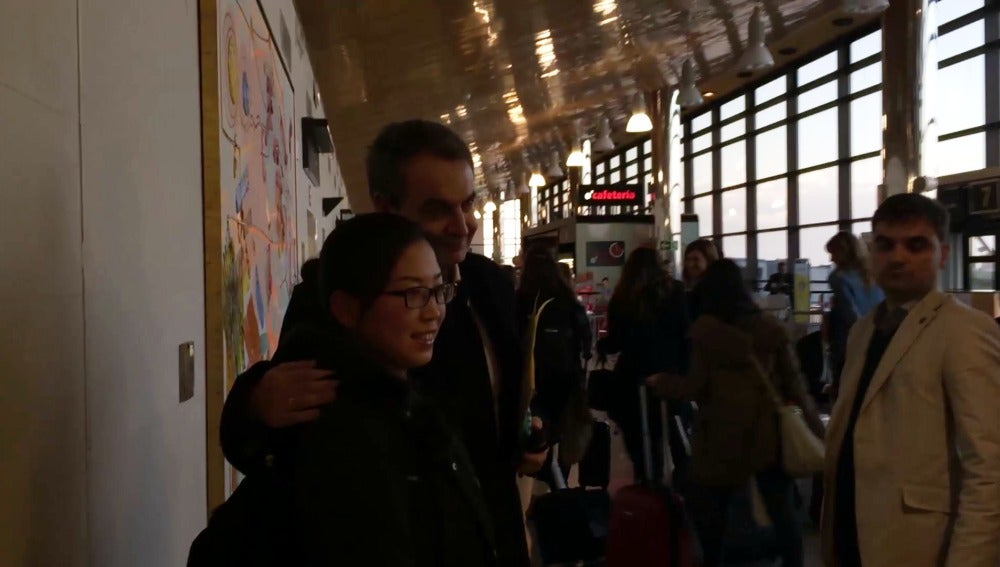 Zapatero se fotografía en el aeropuerto de Asturias