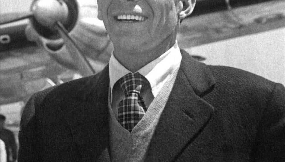 El actor y cantante Frank Sinatra a su llegada al aeropuerto del Prat, en 1950
