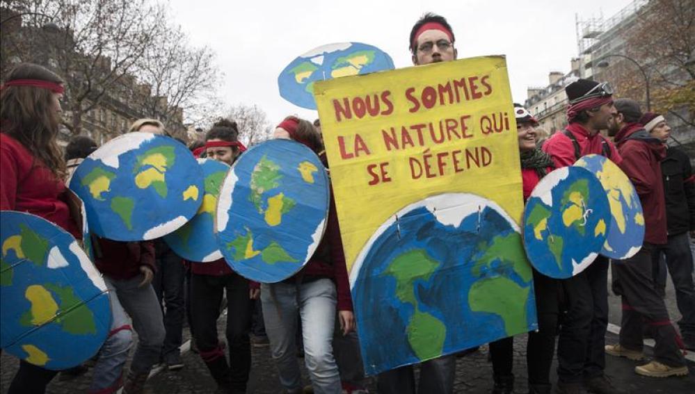 Miles de personas se concentran en París en defensa del medioambiente