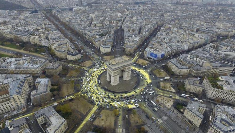 Vista aérea del Arco del Triunfo donde se ha intentado pintar un sol durante la la Conferencia sobre el Cambio Climático