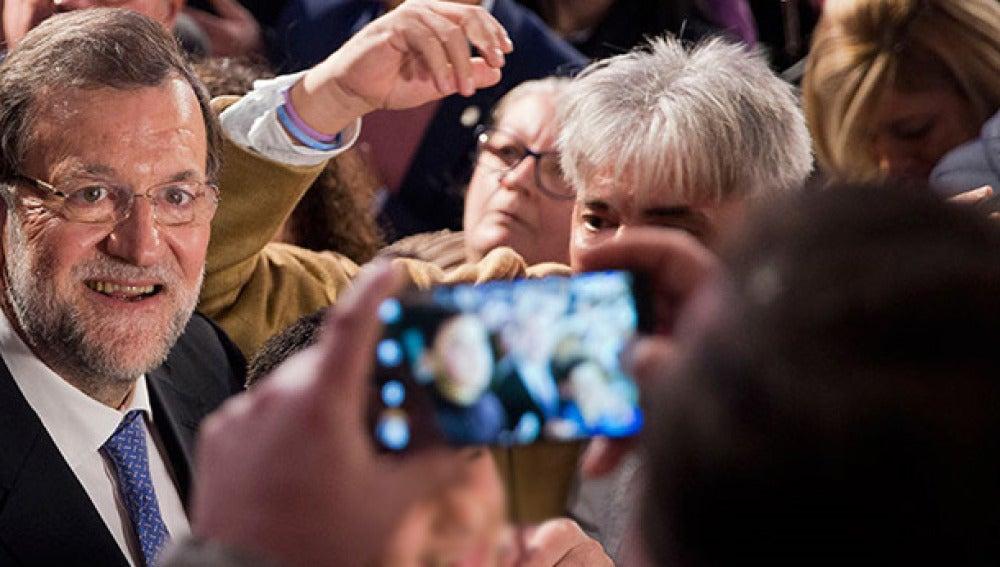 Mariano Rajoy se hace una foto