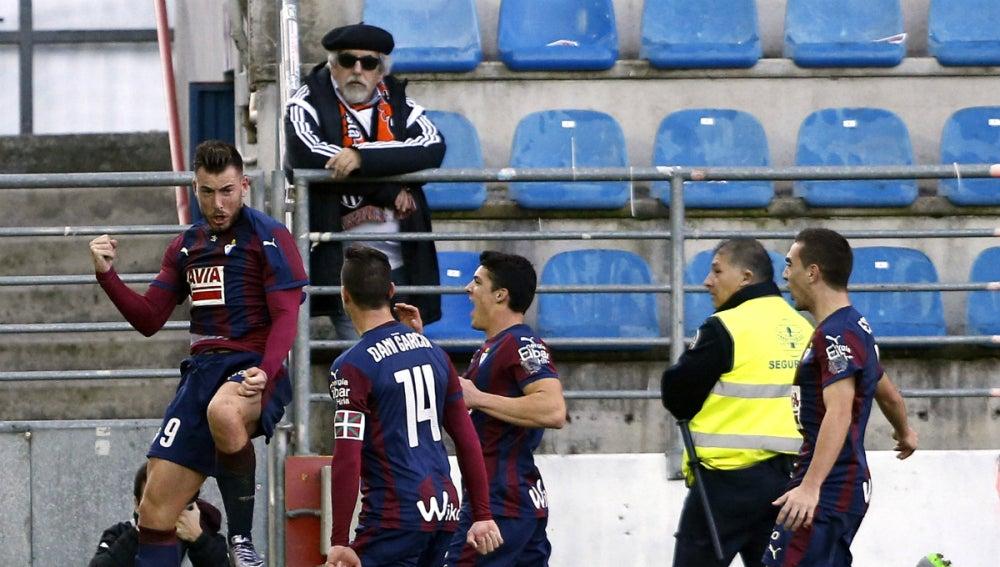 Enrich celebra su gol contra el Valencia con sus compañeros