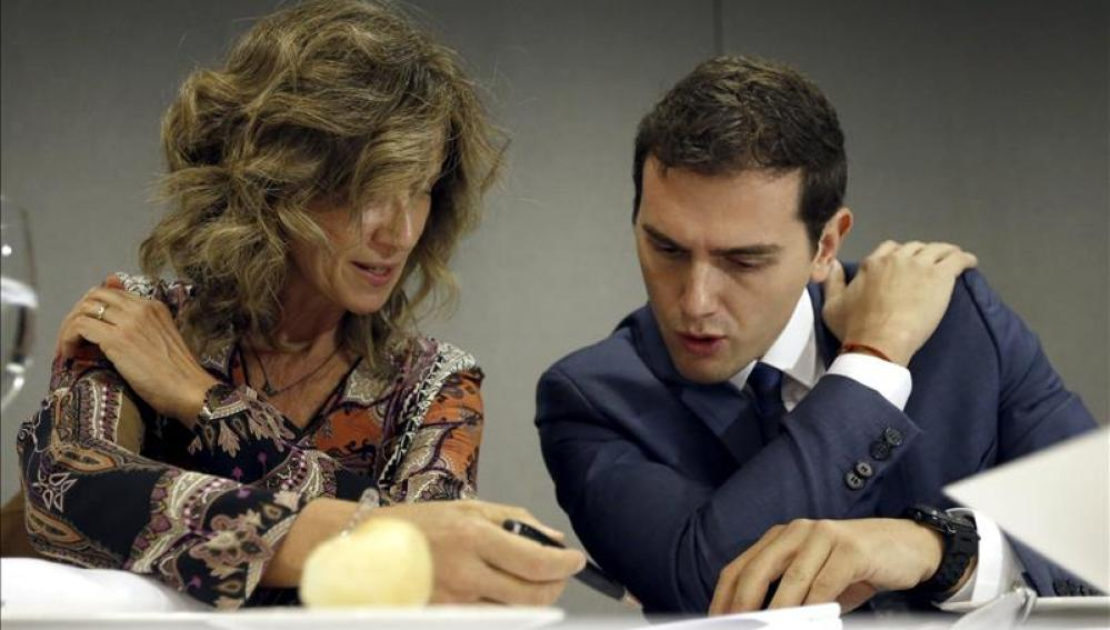 Albert Rivera junto a la exministra socialista Cristina Garmendia