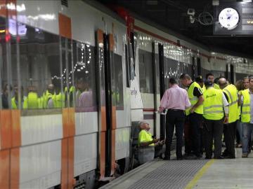 Trabajadores de Renfe revisan un tren en un andén