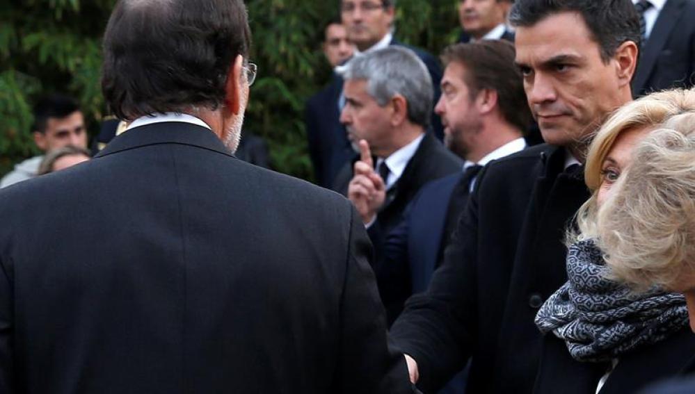 Frío saludo entre Sánchez y Rajoy
