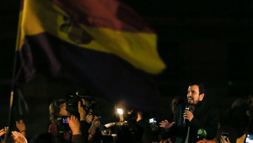Alberto Garzón, en un mitin en una calle de Madrid